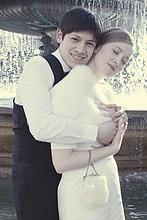 Paar umarmen an Brunnen, Porträt