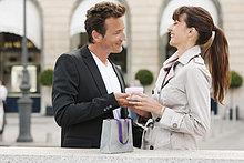 Frau geben ein Geschenk für einen Mann, Paris, Ile, Frankreich