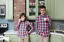 Junges Paar mit Teetassen in der Küche