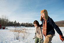Bruder und Schwester im Schnee