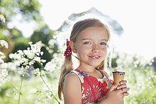 Mädchen isst im Freien Eiscreme