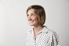 Frau mit Mimik auf weißem Hintergrund