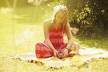 Teenage Girl anhören von Musik im Garten
