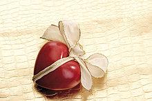 Rotes Herz mit Schleife ( sein Herz verschenken )