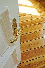 Öffnen Sie die Abdeckung und Holzboden