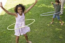 Kinder spielen mit Kunststoff Reifen im freien