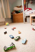 Spielzeugautos verstreut auf ein Kinderzimmer