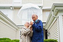 Senior Couple Holding Regenschirm außerhalb
