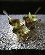 Kalk und Avocado-Suppe mit Zwiebel und Tomate, mit Rezept