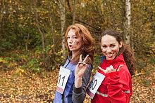 Junge Frauen im Wald, lächelnd Portrait