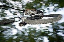 Mountainbiker schwebt in der Luft, Südtirol, Italien