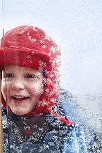 sehen ,Fenster ,lächeln ,Junge - Person ,Kälte