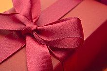 Festlich verpacktes Geschenk, Nahaufnahme
