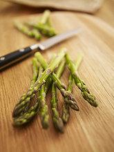 Grüner Spargel auf einem Küchenbrett