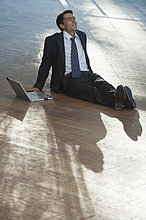 Geschäftsmann, sitzen auf eine Pause im Freien mit Laptop