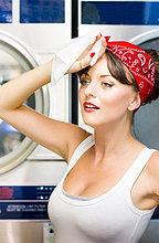 Erschöpfte Hausfrau wischt ihre Stirn mit einem Taschentuch ab
