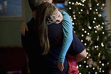 Vater mit schlafenden Tochter zu Weihnachten