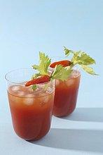 Bloody Mary in Gläsern mit Eis & Chilischote