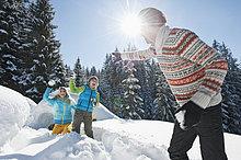 Österreich, Salzburger Land, Familienspiel beim Iglu