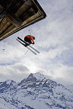 Dach ,Hütte ,Mann ,Ski ,Berg ,jung ,Schweiz