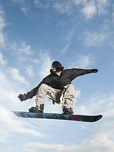 Europäer ,Mann ,Snowboard ,In der Luft schwebend