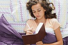 liegend, liegen, liegt, liegendes, liegender, liegende, daliegen ,Jugendlicher ,Europäer ,schreiben ,Bett ,Zeitschrift