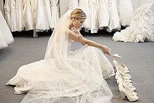Frau ,Hochzeit ,Fußbekleidung ,Vielfalt ,Ansicht ,jung ,Seitenansicht ,Chaos ,Kleid