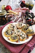 Artischocke,Cynara scolymus,mischen,Thunfisch,Soße,Kapern,Bruschetta,Mixed