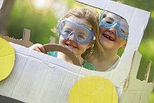 Junge - Person ,Auto ,Schutzbrille ,fahren ,Kleidung ,Mädchen ,Pappe