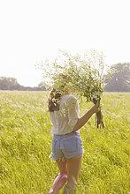 Frau ,Rückansicht ,Bündel ,halten ,Feld ,Wildblume ,Ansicht ,jung