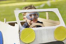Junge - Person,Auto,Schutzbrille,fahren,Kleidung,Pappe