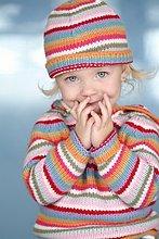 Farbaufnahme, Farbe ,klein ,Hut ,Pullover ,Mädchen