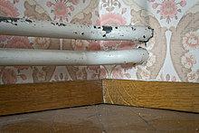 Alte Heizungsrohre, auf Putz oder Aufputz, Aufputz-Installation, Tapete aus den sechziger Jahren, Stuttgart, Baden-Württemberg, Deutschland, Europa