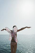 stehend ,Bikini ,Ozean ,Schmetterling ,Arme ausbreiten, Arme ausstrecken ,Kleidung ,strecken ,Kostüm - Faschingskostüm ,Mädchen