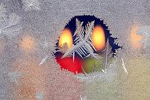 Kälte ,Makroaufnahme ,Detail, Details, Ausschnitt, Ausschnitte ,Farbaufnahme, Farbe ,Helligkeit ,sternförmig ,Winter ,Fenster ,Glas ,Wärme ,Beleuchtung, Licht ,weiß ,Eis ,Hintergrund ,Close-up, close-ups, close up, close ups ,Weihnachten ,Kerze ,blau ,schmelzen ,Fensterscheibe ,Kerzenlicht ,Advent ,Frost