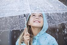 hoch, oben ,nahe ,lächeln ,Regenschirm, Schirm ,unterhalb ,Regen ,Mädchen
