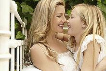 Lächelnde Mutter und Tochter umarmend von Angesicht zu Angesicht