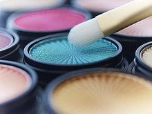 Nahaufnahme des Make-up Pinsels mit Lidschatten