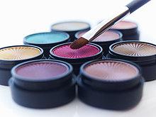 Nahaufnahme von Makeup-Pinsel und Lidschatten