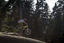 Berg ,Mann ,In der Luft schwebend ,Downhill mountain biking ,Deutschland ,Winterberg