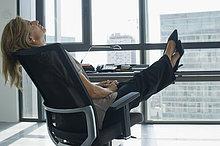 hoch, oben ,angelehnt ,Geschäftsfrau ,Schreibtisch ,Stuhl