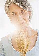 Portrait ,Frau ,halten ,trocken ,Weizen ,Nachdenklichkeit