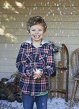 Lächelnder Junge spielt im Schnee