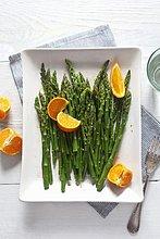 Grüner Spargel mit Orangen (Aufsicht)