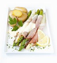 Spargel-Schinken-Röllchen mit Sauce Hollandaise und Kartoffeln