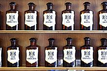 Eine Reihe von natürlichen Spirituosen, Säuren und Ölen in der homöopathischen Apotheke
