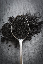 Löffel gefüllt mit schwarzem Salz, Close Up