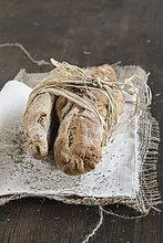 Breadsticks mit Stroh auf Jutesack gebunden, Nahaufnahme