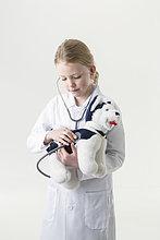 Amerika ,Stethoskop ,Mantel ,Spielzeug ,belegt ,jung ,Kleidung ,Verbindung ,Arzt ,Mädchen ,Alaska ,Anchorage ,Untersuchung ,Welpe