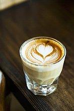 Caffe Latte mit Herzmuster im Milchschaum